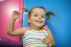 Bebê caucasiano pequeno no campo de jogos Fotografia de Stock