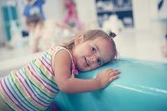 Bebê caucasiano pequeno no campo de jogos Imagens de Stock