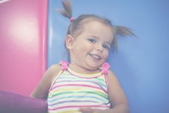 Bebê caucasiano pequeno no campo de jogos Bebê pequeno feliz que olha a Fotos de Stock Royalty Free
