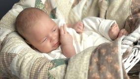 Bebê caucasiano que boceja video estoque