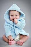 Bebê Charming em um bathrobe azul foto de stock