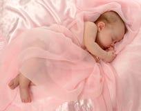 Bebê coberto na cor-de-rosa fotos de stock royalty free