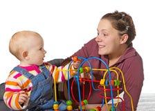 Bebê com atraso do desenvolvimento da atividade de motor foto de stock