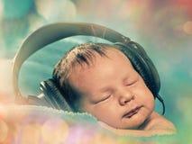 Bebê com auscultadores Fotos de Stock