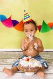 Bebê com bolo de aniversário foto de stock