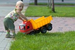 Bebê com caminhão do brinquedo Foto de Stock