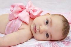 Bebê com curva em sua caixa fotografia de stock