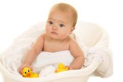 Bebê com expressão séria do pato de borracha Fotos de Stock Royalty Free