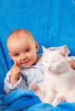 Bebê com gato fotos de stock royalty free