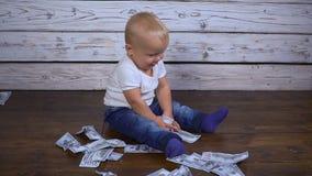 Bebê com hd do dinheiro vídeos de arquivo