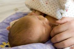 Bebê com hurt sob o cuidado de sua matriz Fotografia de Stock Royalty Free