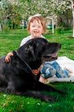Bebê com Labrador preto Fotografia de Stock