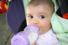 Bebê com leite. Fotos de Stock Royalty Free