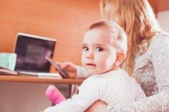 Bebê com a mamã no trabalho fotografia de stock royalty free