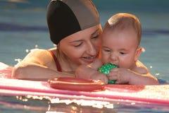 Bebê com a matriz na água imagem de stock royalty free
