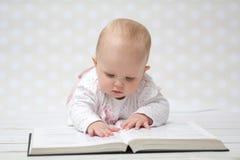 Bebê com o livro Fotos de Stock Royalty Free