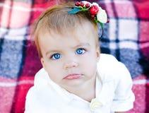 Bebê com olhos azuis fotos de stock