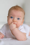 Bebê com olhos azuis Fotografia de Stock