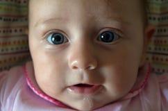 Bebê com olhos azuis grandes fotos de stock