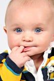 Bebê com os dedos na boca fotografia de stock
