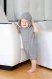 Bebê com os olhos azuis que vestem o hoodie Fotografia de Stock Royalty Free