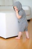 Bebê com os olhos azuis que vestem o hoodie Fotografia de Stock