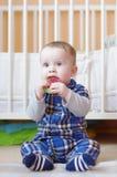 Bebê com sair os dentes o brinquedo Imagens de Stock