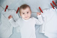 Bebê com suspensão da lavanderia imagem de stock royalty free