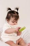 Bebê com telefone de pilha à disposicão foto de stock royalty free