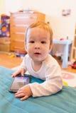 Bebê com telefone esperto Fotografia de Stock Royalty Free