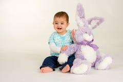 Bebê com um coelhinho da Páscoa fotos de stock royalty free