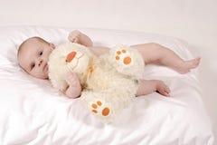 Bebê com um urso de peluche peludo Fotos de Stock Royalty Free