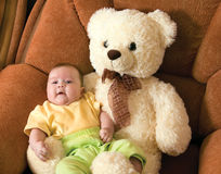 Bebê com um urso do brinquedo imagens de stock royalty free