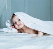 Bebê com uma toalha Foto de Stock Royalty Free