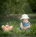 Bebê com vegetais e frutos Fotografia de Stock Royalty Free