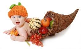 Bebê da acção de graças da queda em um Cornucopia