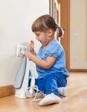 Bebê da criança de três anos que joga com ferro bonde Fotos de Stock