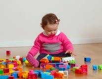 Bebê da criança que joga com blocos de apartamentos de borracha Foto de Stock Royalty Free