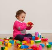 Bebê da criança que joga com blocos de apartamentos de borracha Imagem de Stock Royalty Free