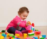 Bebê da criança que joga com blocos de apartamentos de borracha Fotos de Stock