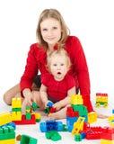 Bebê da mãe que joga brinquedos, mulher e criança dos blocos de apartamentos Imagens de Stock Royalty Free