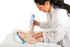 Bebê da massagem da mãe após o banho Fotografia de Stock