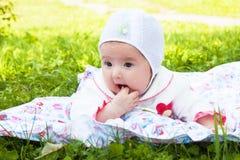 Bebê da menina um chocalho jogado ao ar livre Foto de Stock