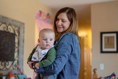 Bebê da terra arrendada da mulher ao visitar com família foto de stock royalty free