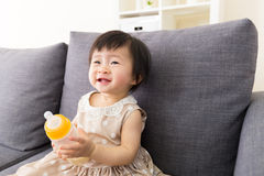 Bebê de Ásia que guarda a garrafa de leite fotos de stock