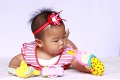 Bebê de Ásia que joga o brinquedo Imagem de Stock Royalty Free