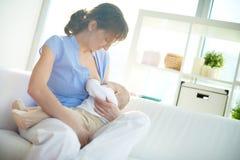 Bebê de alimentação Imagens de Stock