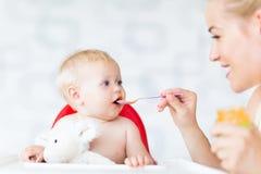 Bebê de alimentação da matriz com colher imagens de stock