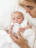 Bebê de alimentação do pai Imagem de Stock Royalty Free