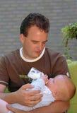 Bebê de alimentação do pai Fotografia de Stock Royalty Free